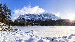 Германия, Бавария, замороженные озеро Айбзее с горы Цугшпитце в фоновом режиме — стоковое фото