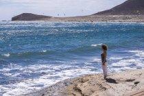 Женщина, стоящая на пляже, Тенерифе, Испания — стоковое фото