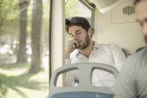 Jeune homme dormir dans les bus de la ville — Photo de stock