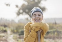 Portrait of smiling young woman standing in garden — Stock Photo