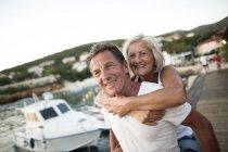 Retrato de feliz pareja de ancianos de vacaciones - foto de stock