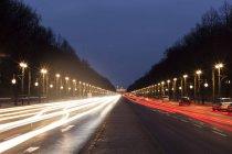 Alemanha, Berlim, Ver os Brandenburger Tor, o tráfego rodoviário e traços de luz à noite — Fotografia de Stock