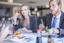 Gente de negocios almorzando en el restaurante - foto de stock