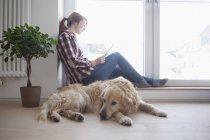 Жінки і собаки, розслабляючи будинку — стокове фото