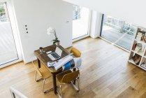 Laptop am Schreibtisch aus Holz in einer Wohnung — Stockfoto