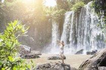 Jeune femme de Cambodge, Nationalpark Phnom Kulen, prenant selfie smartphone devant les chutes d'eau — Photo de stock