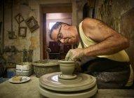 Potter in workshop working on vase — Stock Photo