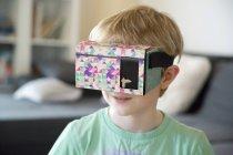 Ritratto di ragazzo con i vetri di realtà virtuale — Foto stock