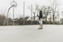 Young basketball player in front of basketball hoop — Stock Photo