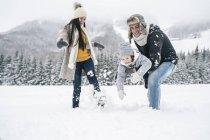 Familia feliz divertirse en paisaje de invierno - foto de stock