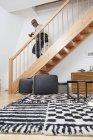 Uomo che cammina downpstairs — Foto stock