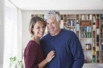 Porträt eines glücklichen kaukasischen Paares zu Hause — Stockfoto