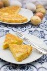 Tranches de tortilla de pomme de terre au four sur des carreaux à motifs — Photo de stock