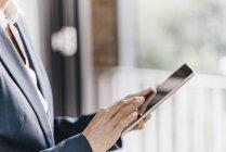 Immagine ritagliata di donna d'affari di successo utilizzando tablet — Foto stock