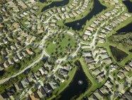 EE. UU., Florida, Aérea de los suburbios de viviendas a lo largo de la orilla occidental de Tampa Bay - foto de stock