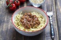 Spaghetti alla bolognese, vegetariano in ciotola, carne di soia — Foto stock