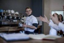 Preparazione del caffè nel ristorante cameriere — Foto stock