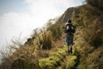 Portogallo, Madeira, uomo in escursione lungo le Levadas — Foto stock