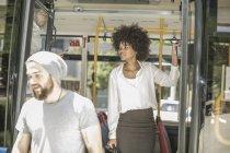 Menschen steigen aus Stadtbus aus — Stockfoto