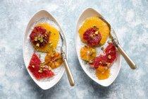 Пудинг цзя и кусочками апельсины и грейпфруты в чаши — стоковое фото