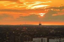 Deutschland, Berlin, Stadtbild mit wolkenverhangenem Himmel bei Sonnenuntergang — Stockfoto