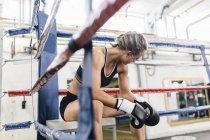 Kaukasische Boxerin ruhen im Ring Ecke — Stockfoto