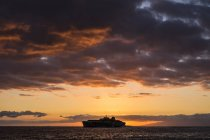 Судно на березі океану на заході сонця, Тенеріфе, Іспанія — стокове фото