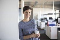 Retrato de empresária confiante em pé no cargo — Fotografia de Stock