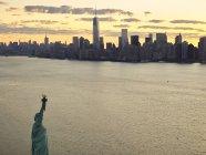 Fotografia aerea di Stati Uniti, New York City, della statua della libertà all'alba — Foto stock