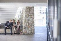 Jovens empresários que têm uma reunião informal — Fotografia de Stock