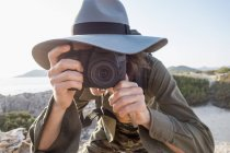 Испания, Ибиса, фотограф в шапке-ушанке, делающий снимок — стоковое фото