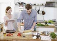 Par preparar masa de pizza en la cocina - foto de stock