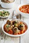 Piatto di polpette di avena di melanzane con salsa di pomodoro — Foto stock