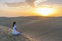 Donna che pratica yoga — Foto stock