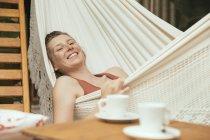Porträt einer entspannten Frau, die in einer Hängematte liegt — Stockfoto