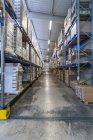 Entrepôt de rack haute avec produits emballés — Photo de stock