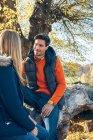 Пара користуються осінь у лісі — стокове фото