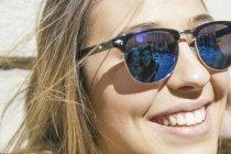 Amigos de mulher jovem refletindo em seus óculos de sol — Fotografia de Stock