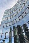 Deutschland, stuttgart vaihingen, reflexionen an der glasfassade eines büroturms — Stockfoto