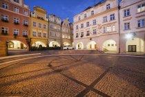 Polónia, Baixa Silésia, Jelenia Gora, a praça no centro da cidade de noite, histórico — Fotografia de Stock