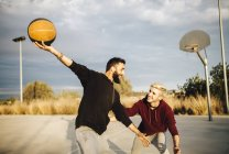 Men playing basketball — Stock Photo
