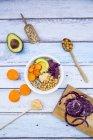 Чаша лебеда, авокадо, жареный горох, сладкий картофель, красной капустой и хумус — стоковое фото