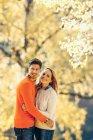 Пара, підтримуючи в осінньому лісі — стокове фото