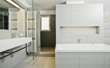 Интерьер современной ванной — стоковое фото