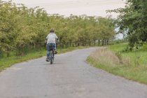 Резервного зору маленький хлопчик велосипед їзда — стокове фото