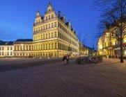 Bélgica, Ghent, Botermarkt com a câmara municipal ao entardecer — Fotografia de Stock