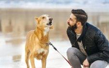 Mann beobachtet sein bellender Hund — Stockfoto
