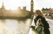 Regno Unito, Londra, giovane donna sul ponte di Westminster — Foto stock