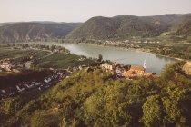Австрия, Вахау, Дюрнштайн, монастырь Гернштайн с голубым шпилем на реке Дунай — стоковое фото