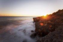 France, Alpes-Maritimes, Cap d'ail, vue du rivage rocheux au-dessus de l'eau — Photo de stock